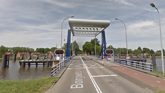 Binnenvaartschip vaart tegen Borgbrug over Eemskanaal