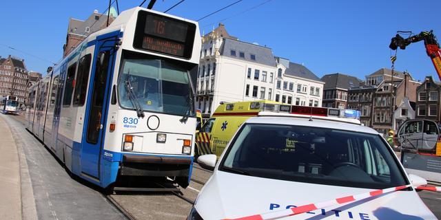 Auto botst op tram bij Amsterdam Centraal