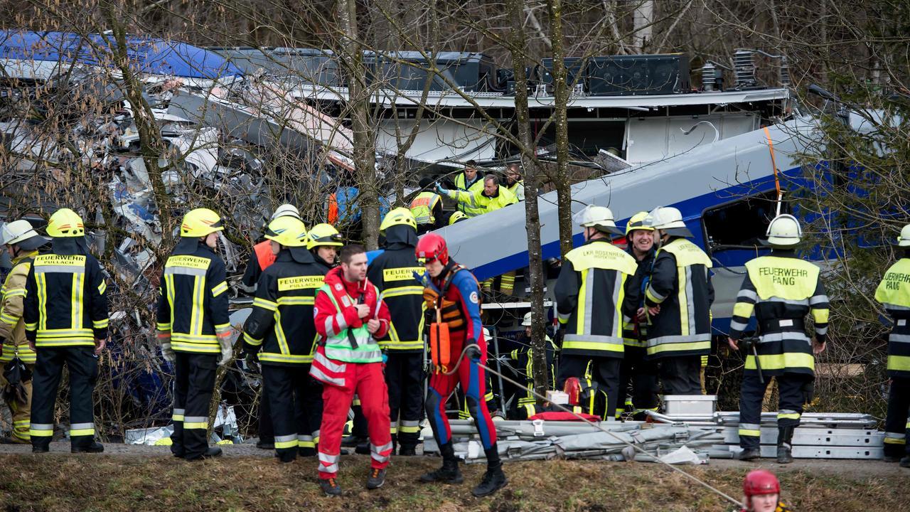 Zeker elf doden en veel gewonden bij treinongeluk Duitsland