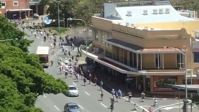 Grote groep jongeren op steppen veroorzaakt verkeerschaos in Brisbane