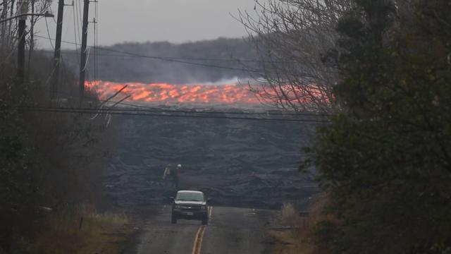 Lava stroomt met hoge snelheid naar zee op Hawaï