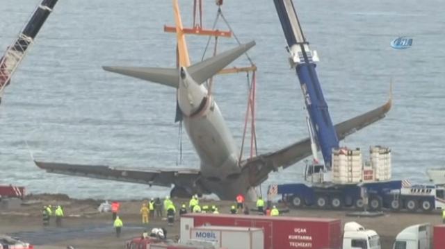 Van baan gegleden Turks vliegtuig omhoog getakeld