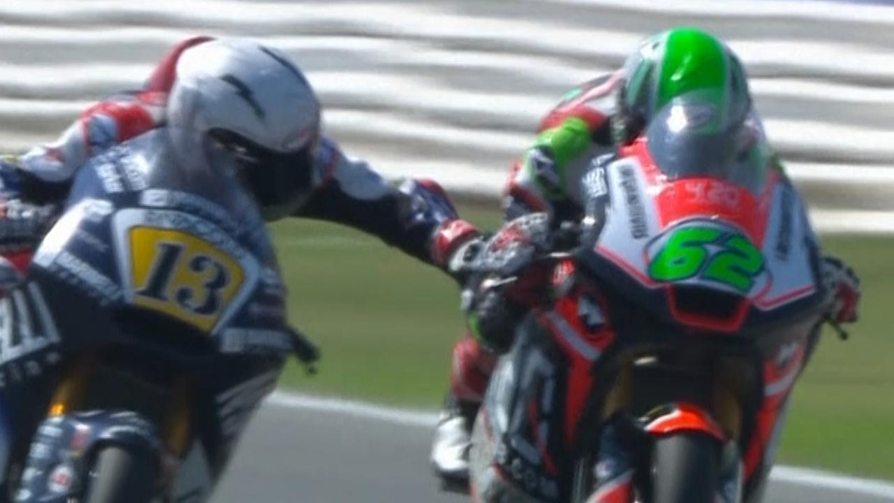 Moto2-coureur knijpt in remmen van concurrent