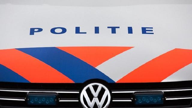 Politieauto van de weg gedrukt door vluchtende automobilist