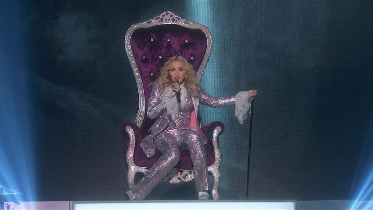 Madonna eert Prince tijdens Billboard Awards