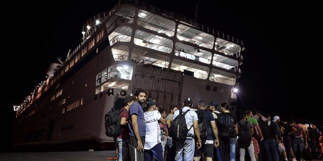 Syriërs aan boord van Grieks opvangschip op Kos