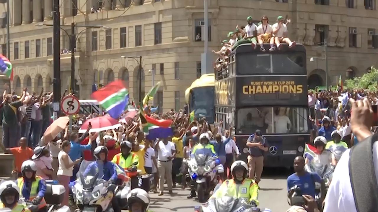 Duizenden fans onthalen Zuid-Afrikaans rugbyteam na winst WK