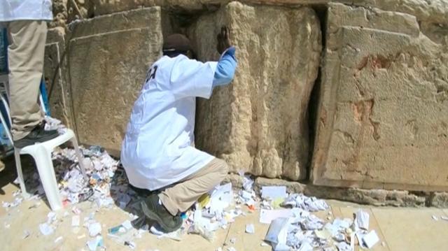 Duizenden briefjes aan God uit 'Klaagmuur' gehaald