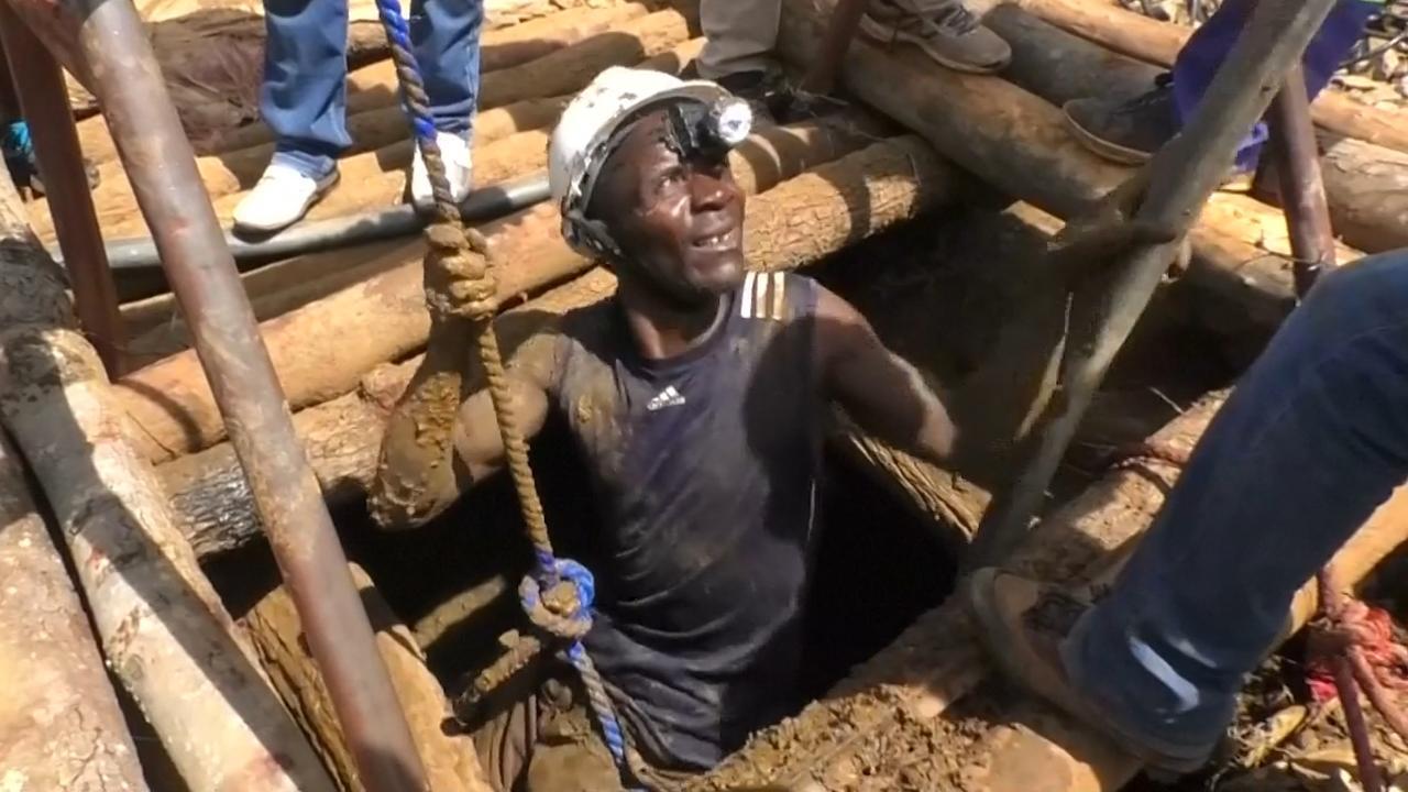 Reddingswerkers zoeken naar kompels in ondergelopen mijn Zimbabwe