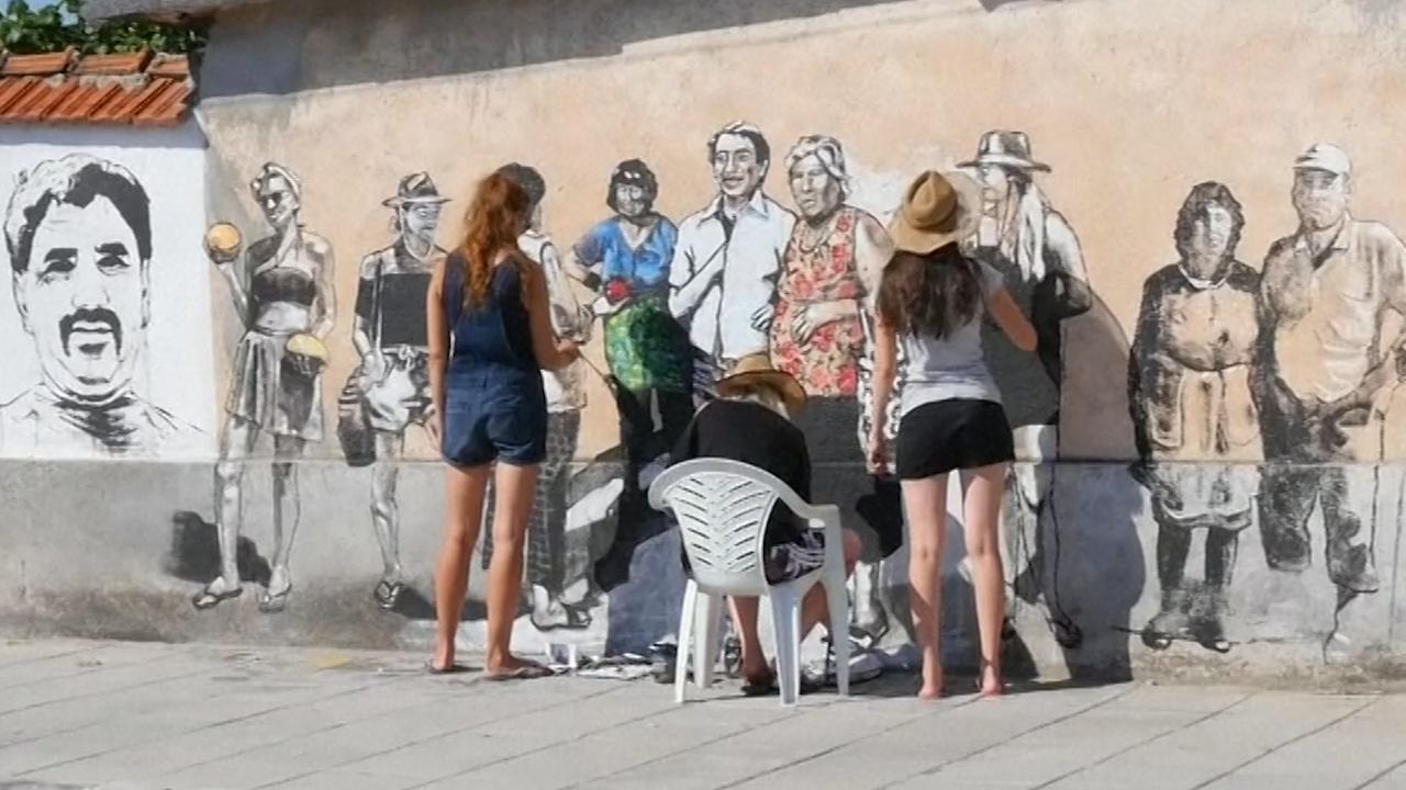 Poolse artiesten schilderen portretten in Bulgaars dorp voor toerisme