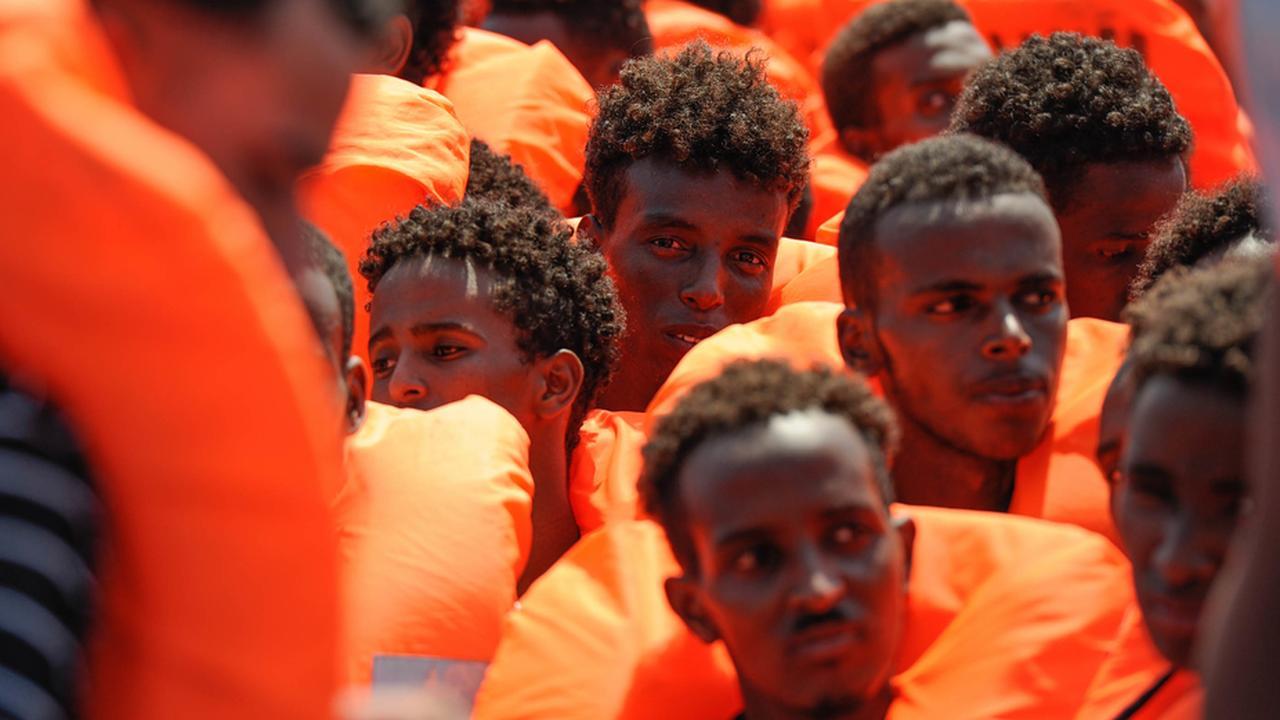 Aquarius redt migranten uit bootjes Middellandse Zee