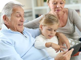 Opa's en oma's zouden kleinkinderen vaak ongezonde snacks toestoppen