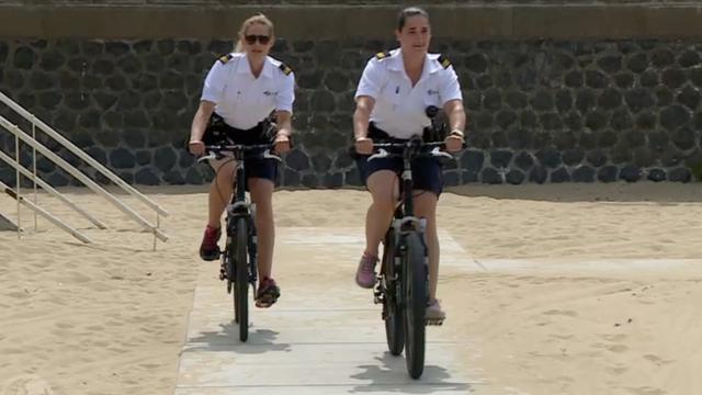 Topfitte agenten houden oogje in het zeil op het strand