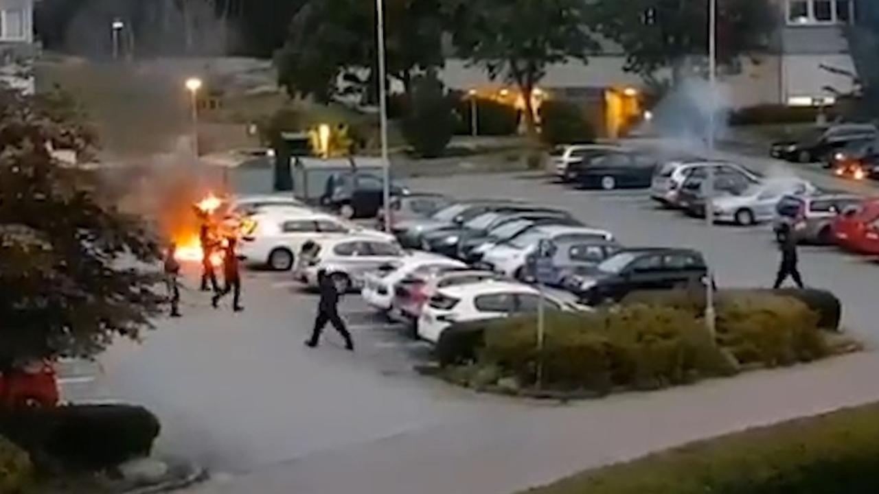 Gemaskerde jongeren Zweden steken tientallen auto's in brand