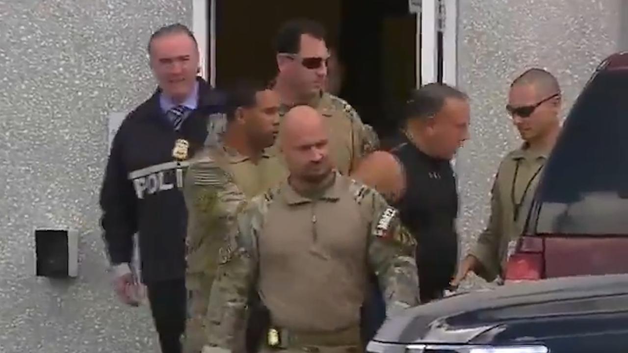 FBI voert verdachte af die mogelijk achter bompakketten zat