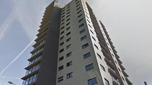 Glazenwasser vast in bakje op elfde verdieping van flatgebouw in Amsterdam