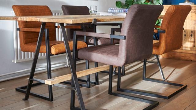 Set van 2 black framed eetkamerstoelen van 399,95 euro voor 139,95 euro