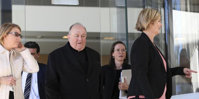 Australische aartsbisschop die kindermisbruik verzweeg krijgt een jaar huisarrest