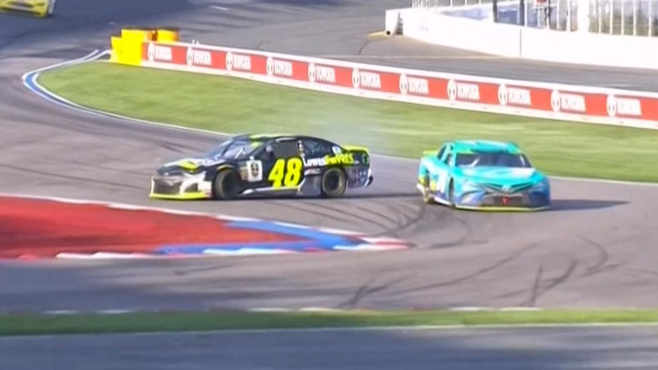 Nummer drie NASCAR-race wint na crash leiders in laatste bocht