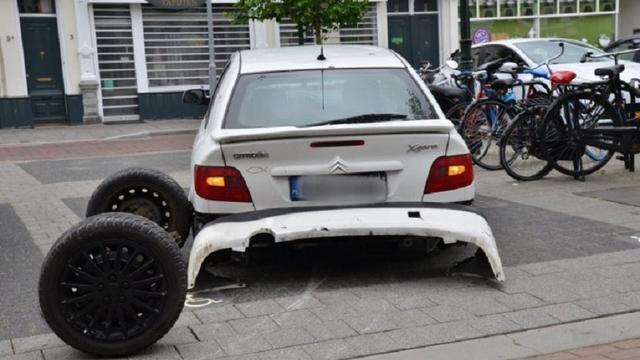 Man raakt volledige achterkant auto kwijt na rijden over verhoging