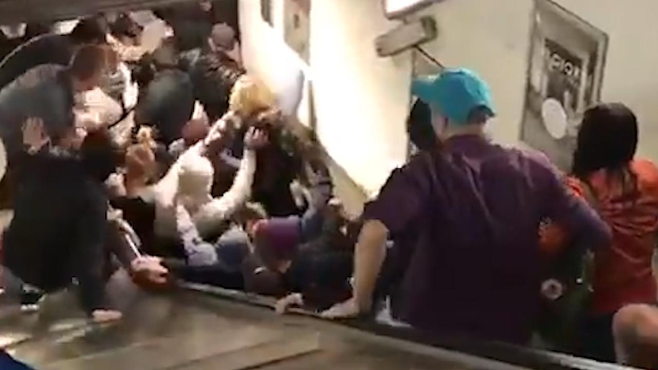 Roltrap vol met supporters slaat op hol in Rome