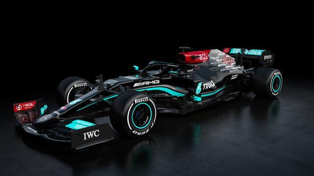 In tegenstelling tot vorig jaar zijn de kleuren rood en grijs prominenter aanwezig op de auto van Mercedes.