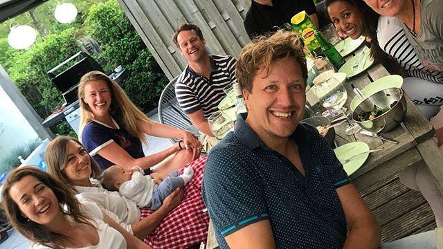 Socialemediaoverzicht: Zoon Taeke Taekema op schoot bij 'tante Cécile'