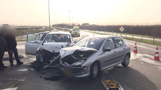 Botsing tussen twee auto's op kruising N268 en A4 bij Dinteloord