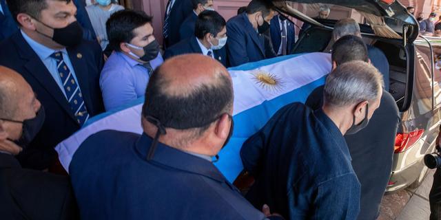 Kist Maradona na chaotische rit aangekomen bij begraafplaats in Buenos Aires