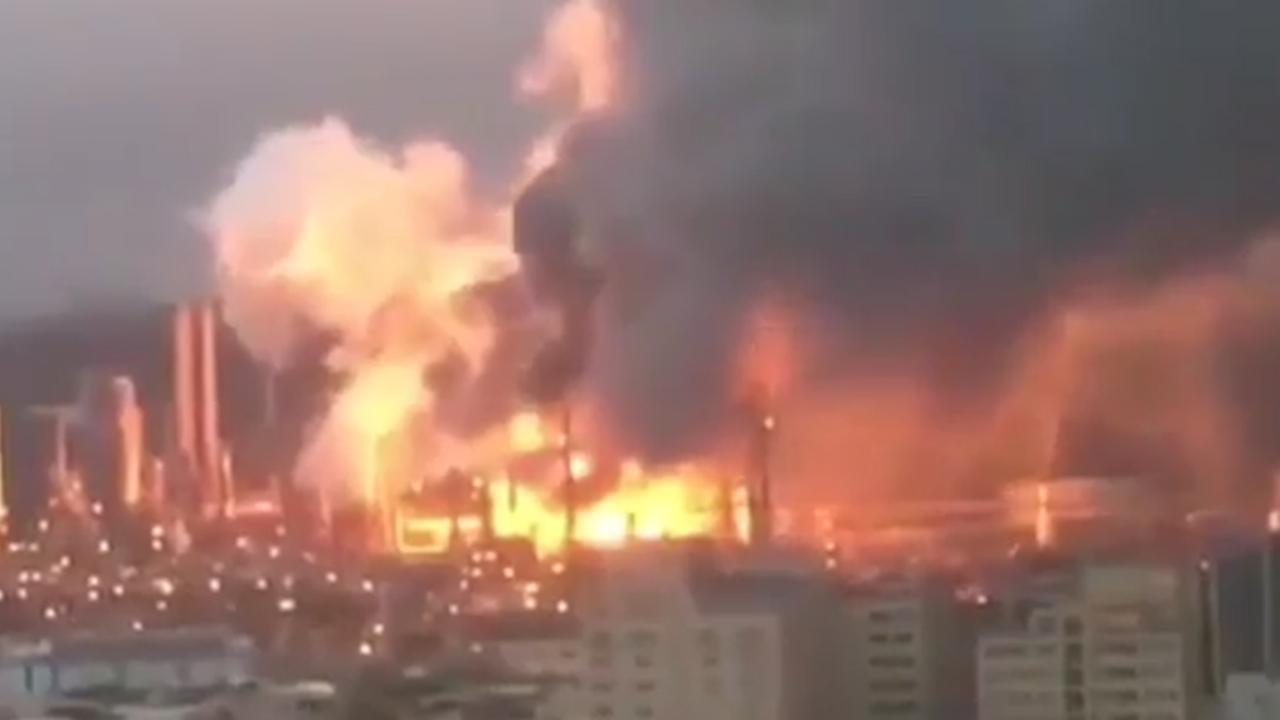 Grote brand in olieraffinaderij Taiwan van kilometers ver te zien