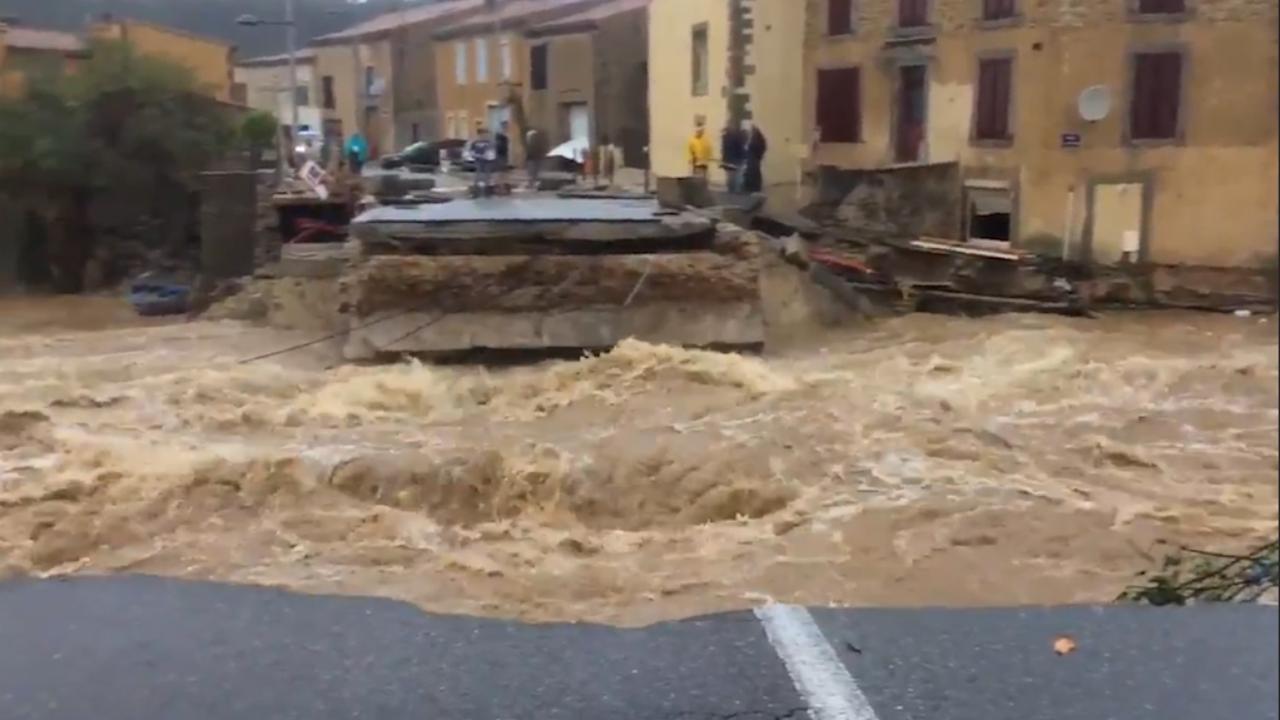 Water stroomt door straten na zware regenval in Frankrijk