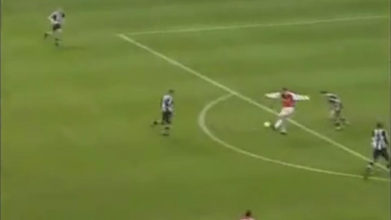 15 jaar geleden: Bergkamp maakt wereldgoal voor Arsenal