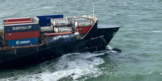 Vrachtschip verliest vijf containers voor de kust van Ameland