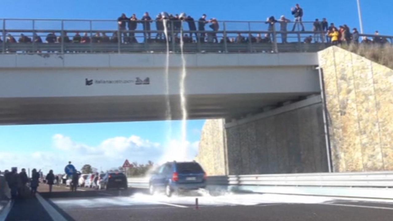 Sardijnseboeren gooien uit protest eigen melk op snelweg