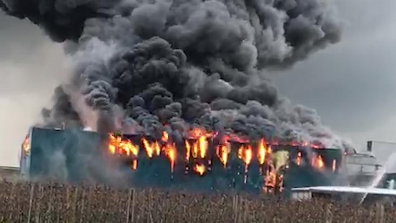 Flinke rookwolken door zeer grote brand in Kesteren