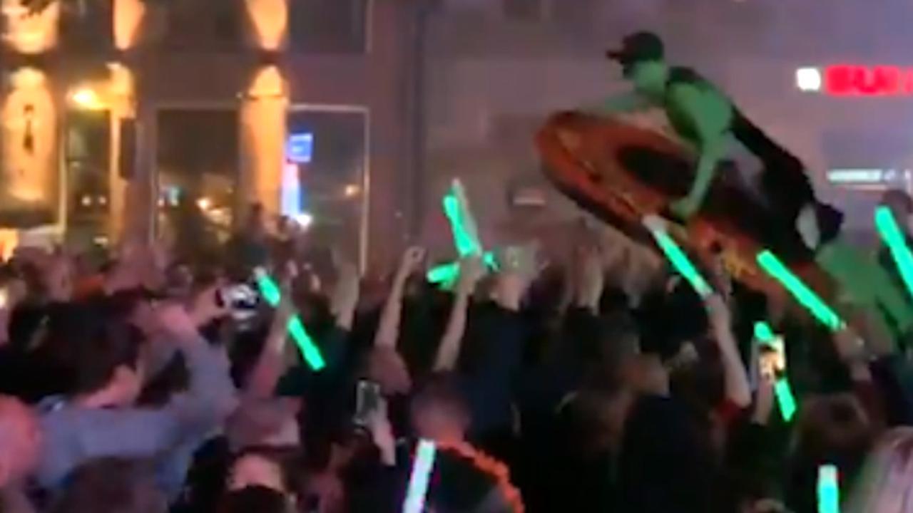 Crowdsurfen en confetti: Zo werd Koningsnacht gevierd