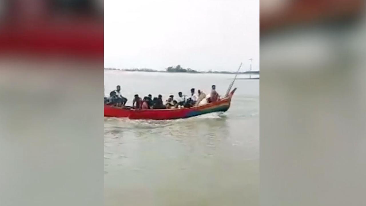 Honderden gevluchte Rohingya's komen per boot aan in Bangladesh