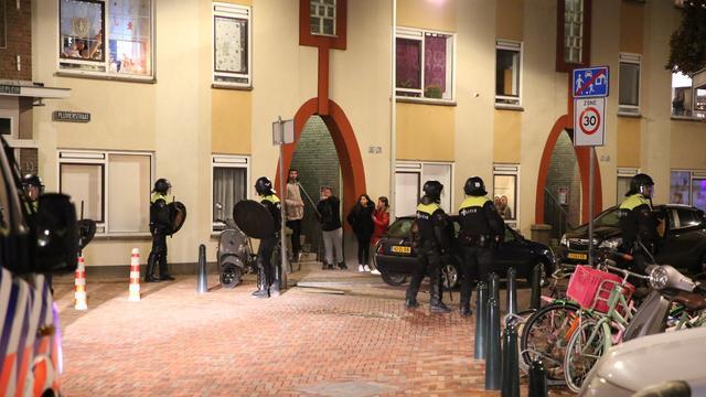 Politie valt woningen binnen na rellen in Haagse wijk Duindorp