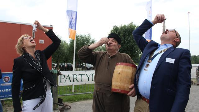 Eerste vaatje haring in Etten-Leur geveild voor 6.200 euro