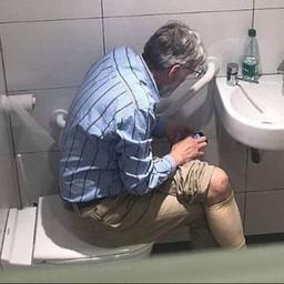 Schaakgrootmeester voor zes jaar geschorst wegens spieken op toilet