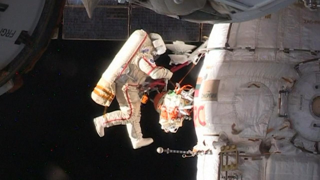 Kosmonauten inspecteren reparatie aan Soyuz in de ruimte