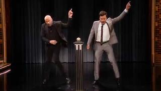 John Travolta en Jimmy Fallon imiteren Travolta-personages