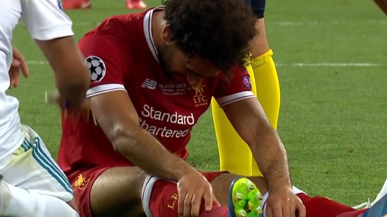 Geblesseerde Salah huilend van het veld