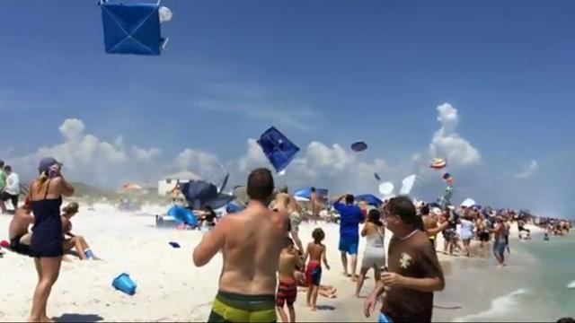 Straaljager veroorzaakt puinhoop op strand