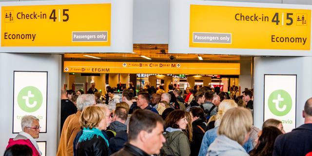 Schiphol en KLM in gesprek met Dijksma over drukte op luchthaven