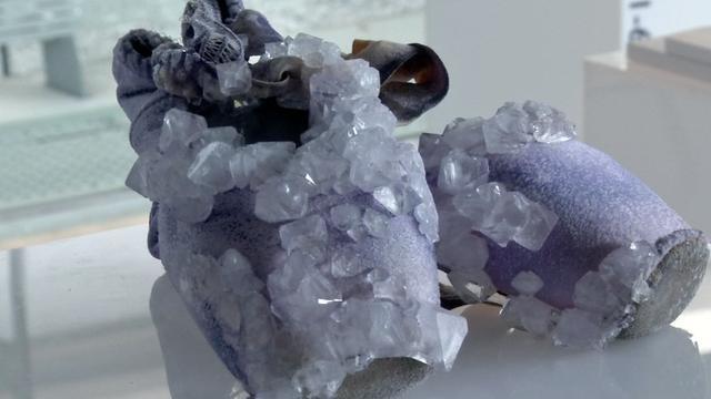 Ontwerper versiert schoenen met kristallen van zweet