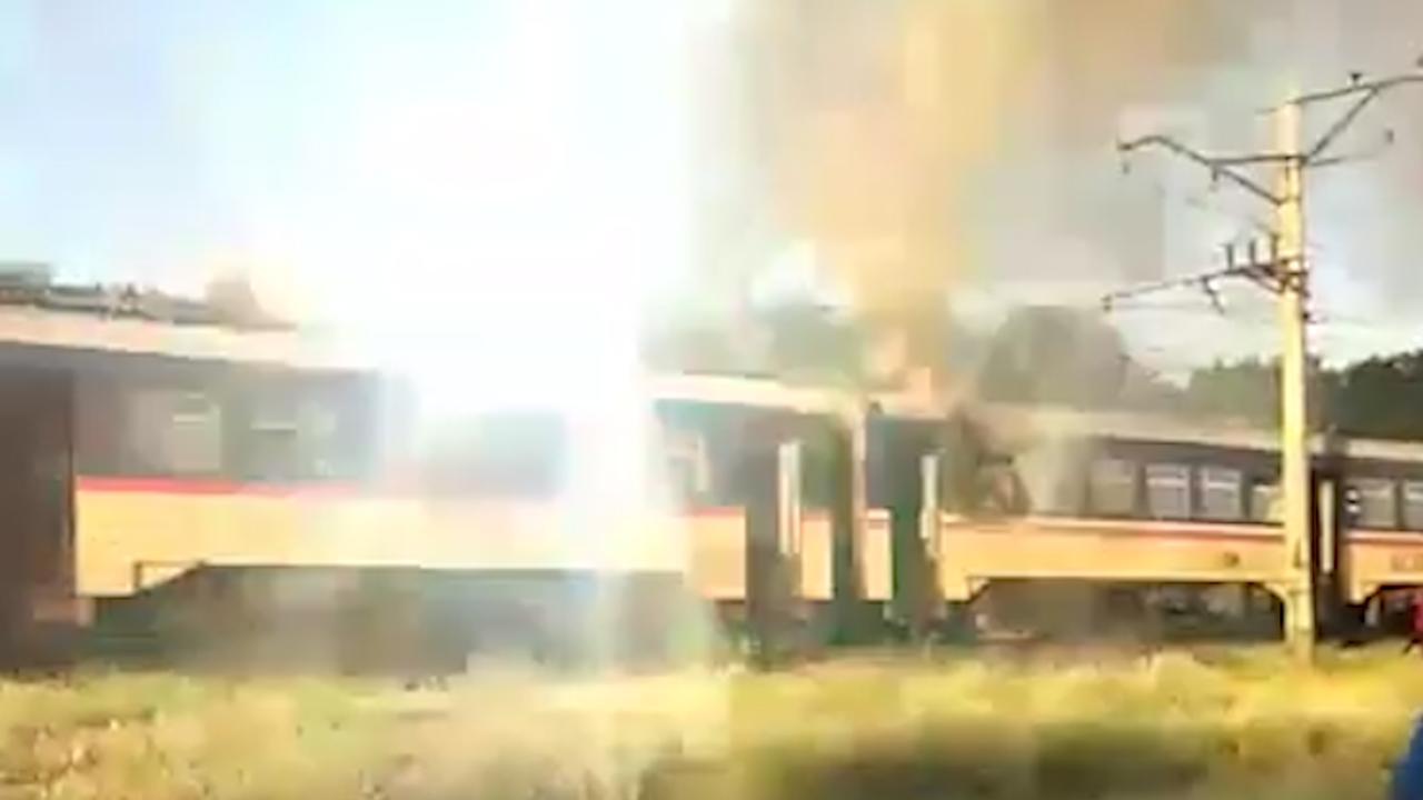 Vonken vliegen in het rond bij kortsluiting in Oekraïense treinwagon