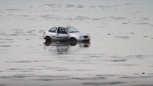 Rijkswaterstaat takelt gestrande auto uit Waddenzee