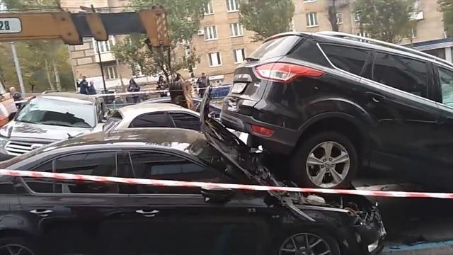 Hijskraan ramt 19 voertuigen in centrum Kiev