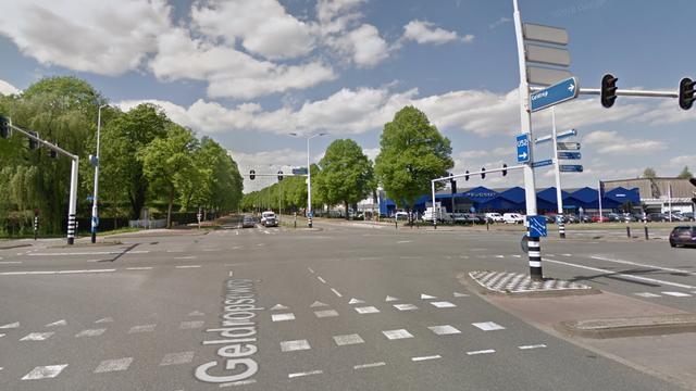 Twee auto's botsen op vrachtwagen Geldropseweg